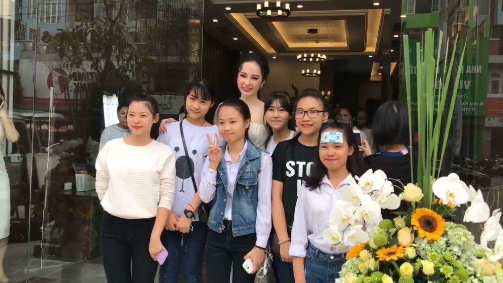 Angela Phuong Trinh tao bao khong noi y, khoe da trang quyen ru hinh anh 5