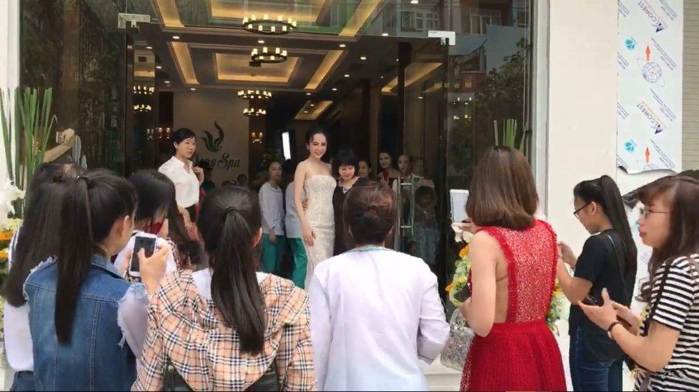 Angela Phuong Trinh tao bao khong noi y, khoe da trang quyen ru hinh anh 4