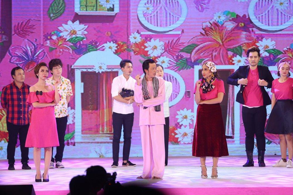 Hoai Linh nhang nhit selfie cung em ho Hoa hau cua Truong Ngoc Anh hinh anh 1