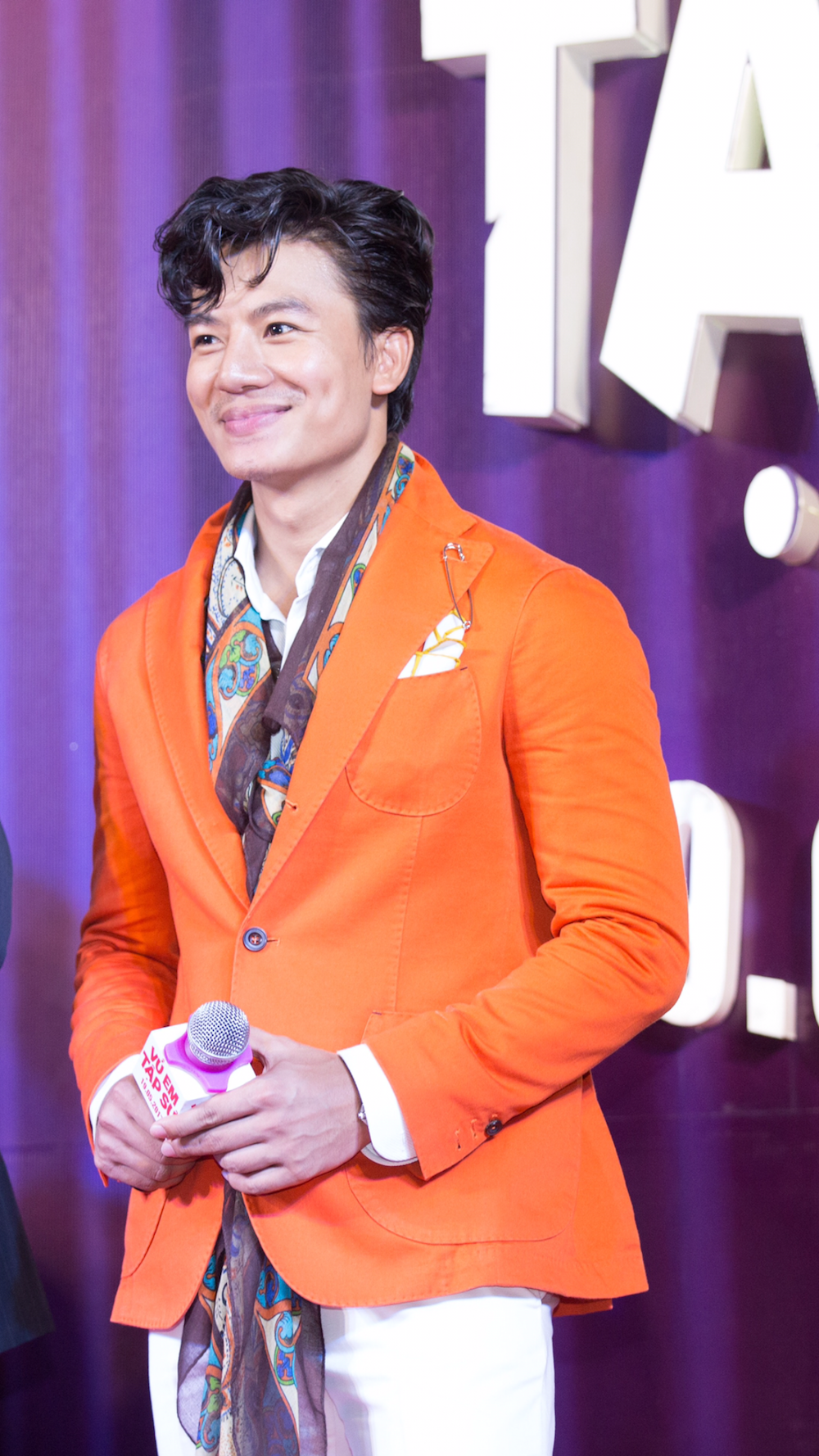 Hieu Nguyen bat ngo thay doi phong cach voi vest cam noi bat hinh anh 2