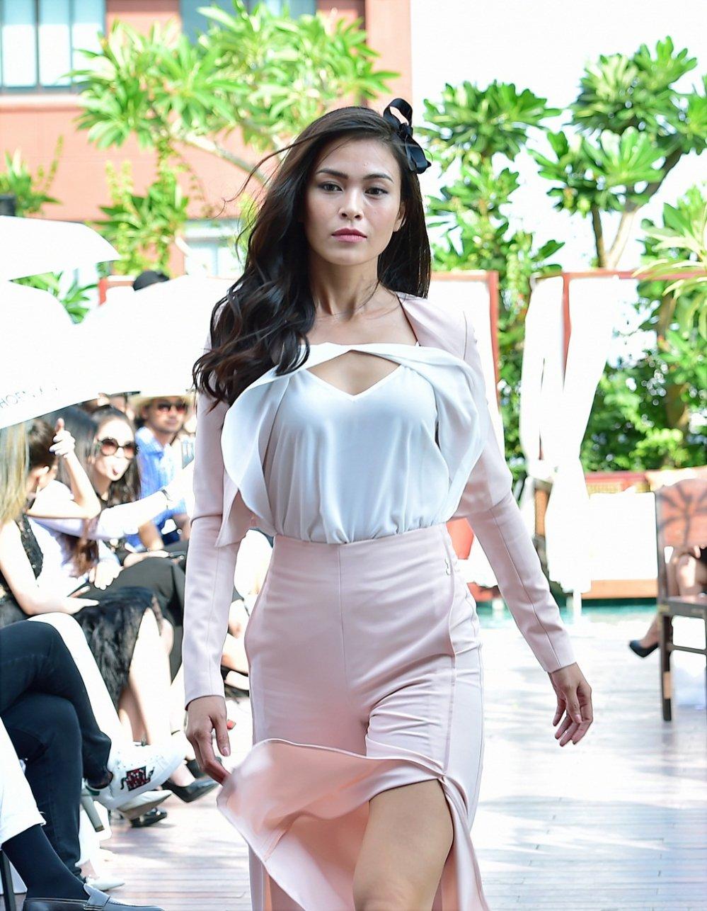 Ba Quan quan Top Model Mau Thuy - Huong Ly - Ngoc Chau tranh nhau lam first face, vedette hinh anh 5