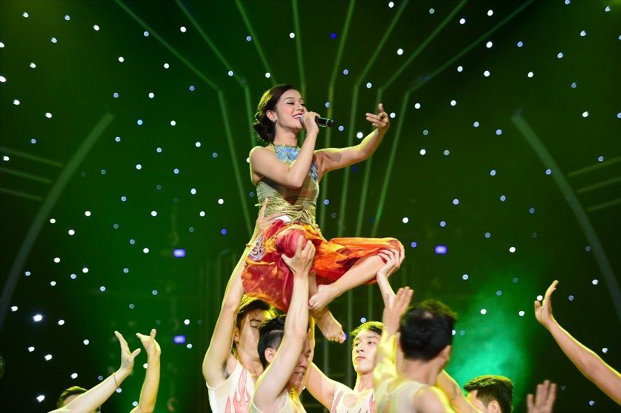 Guong mat than quen 2017: Hoai Linh 'ngat' tren ghe giam khao vi qua buon cuoi hinh anh 1