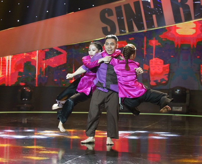 Giam khao 'bo tay' voi man hat hip-hop trat nhip, pho lien tuc cua Le Duong Bao Lam hinh anh 3