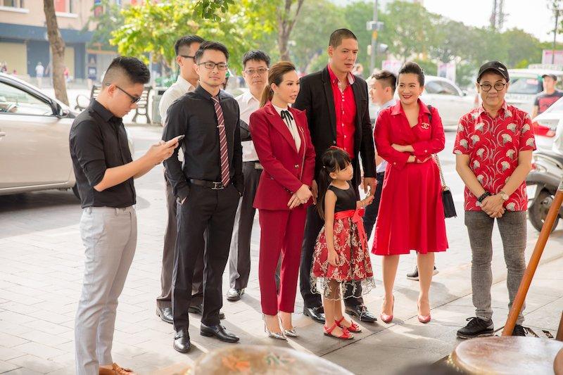 Gia dinh Binh Minh ton-sur-ton den chuc mung Hoa hau Thu Hoai hinh anh 4