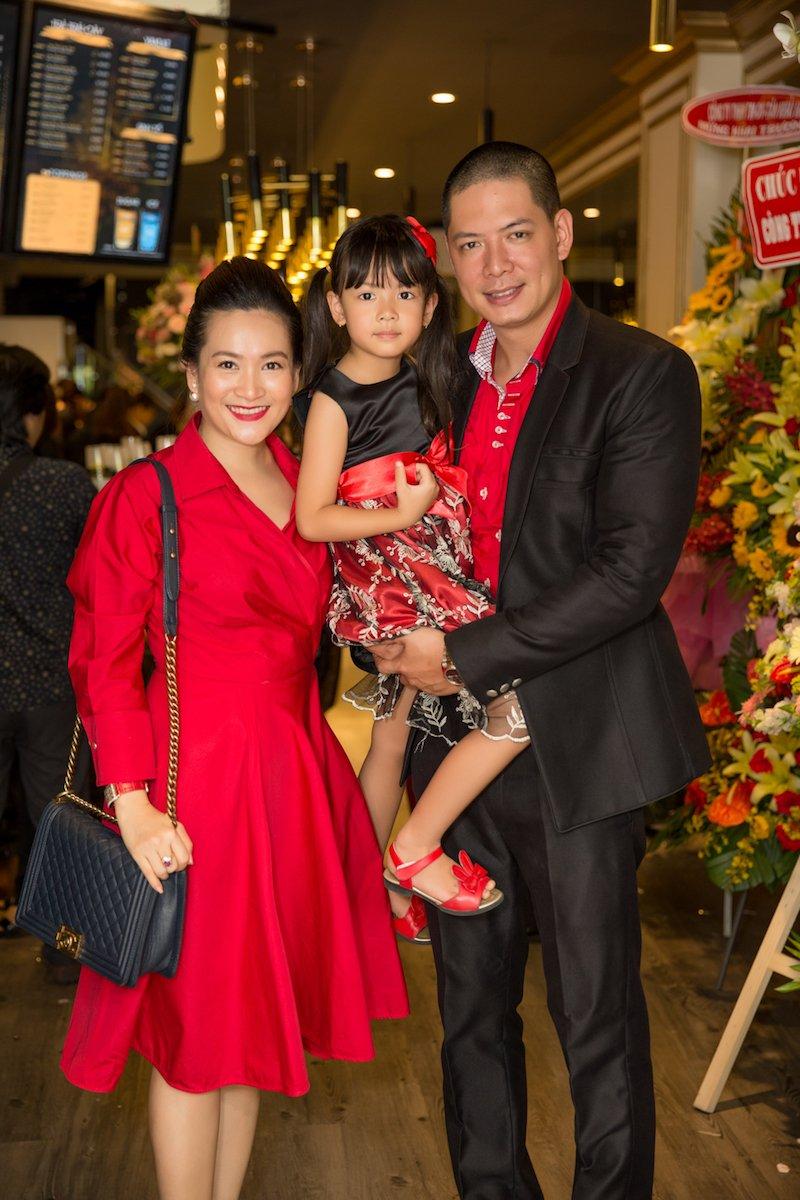 Gia dinh Binh Minh ton-sur-ton den chuc mung Hoa hau Thu Hoai hinh anh 5