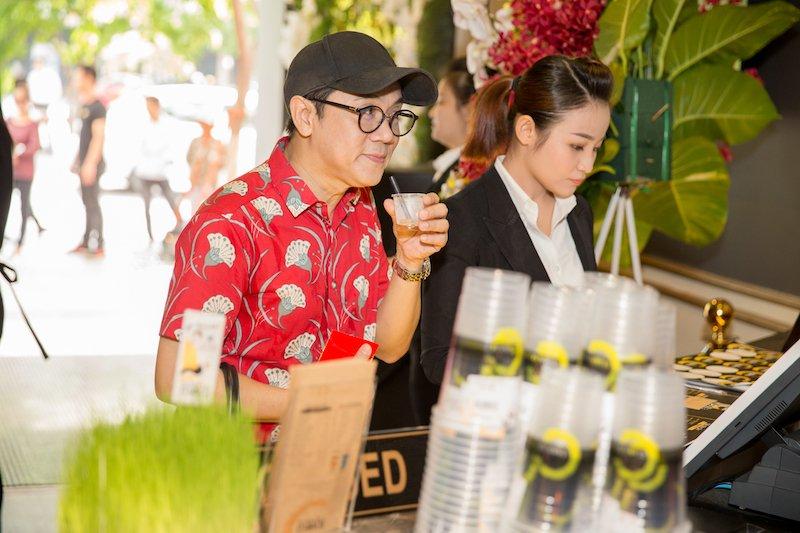 Gia dinh Binh Minh ton-sur-ton den chuc mung Hoa hau Thu Hoai hinh anh 8
