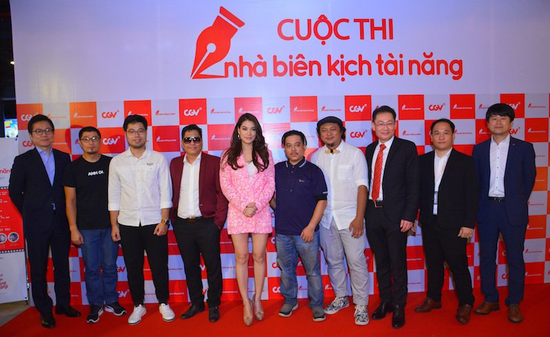 Vua lam host 'Vietnam Next Top Model 2017', Truong Ngoc Anh dat show lam giam khao hinh anh 1