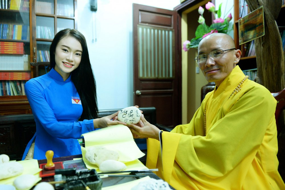 Phung Bao Ngoc Van tiep buoc dan chi Nguyen Thi Huyen den voi Truong Sa hinh anh 5