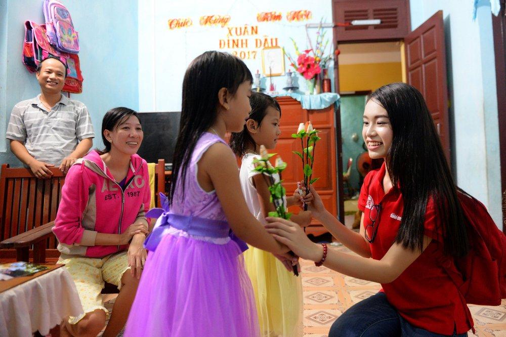 Phung Bao Ngoc Van tiep buoc dan chi Nguyen Thi Huyen den voi Truong Sa hinh anh 6