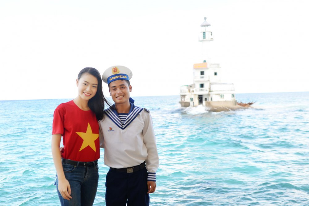 Phung Bao Ngoc Van tiep buoc dan chi Nguyen Thi Huyen den voi Truong Sa hinh anh 15