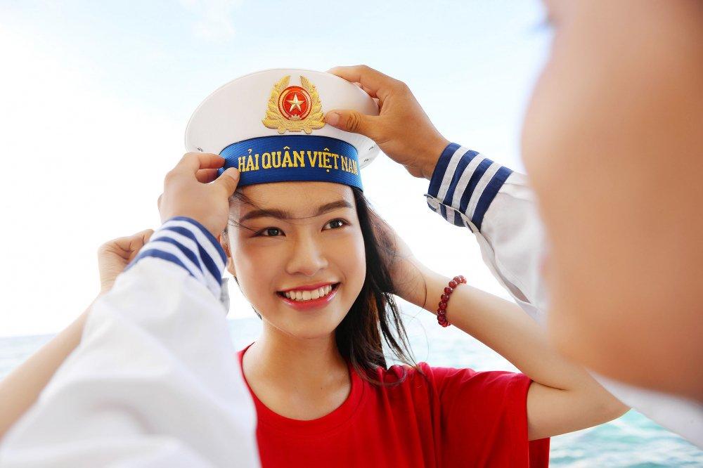 Phung Bao Ngoc Van tiep buoc dan chi Nguyen Thi Huyen den voi Truong Sa hinh anh 14
