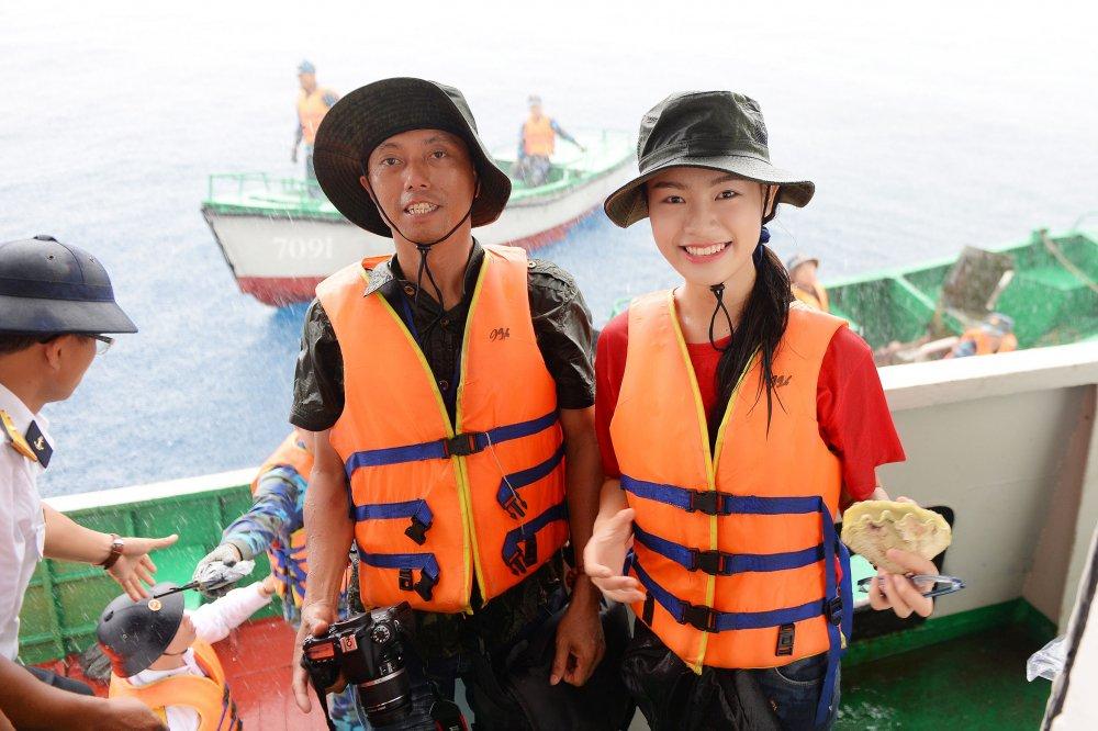 Phung Bao Ngoc Van tiep buoc dan chi Nguyen Thi Huyen den voi Truong Sa hinh anh 11
