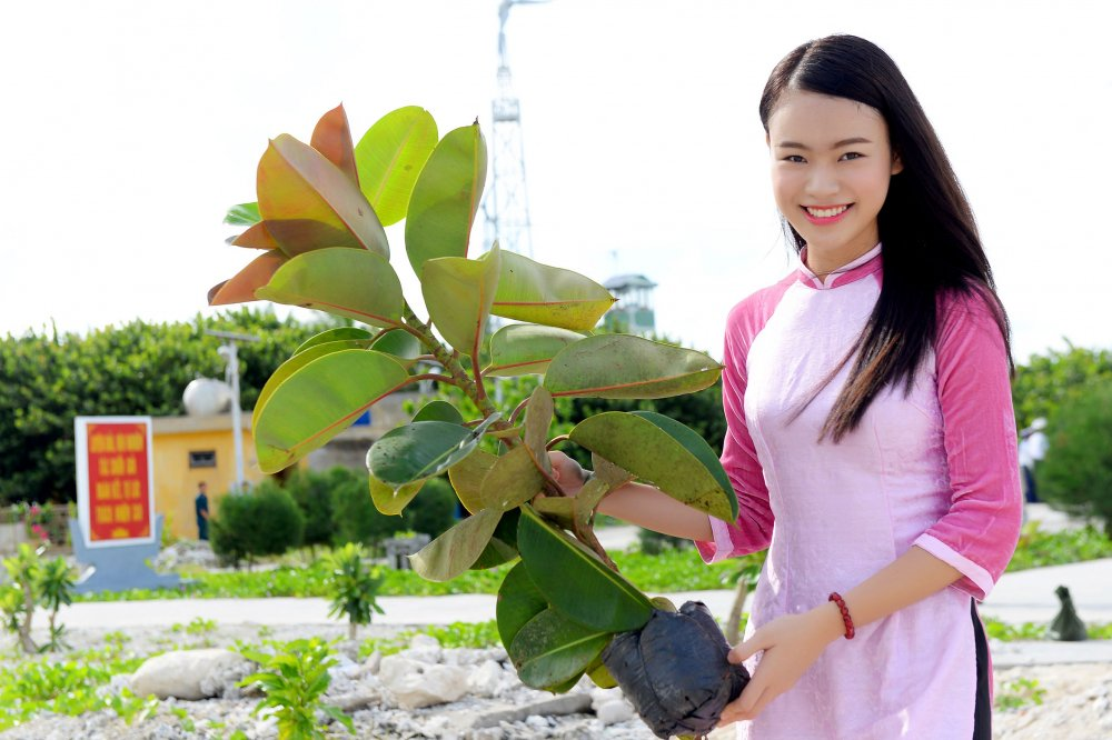 Phung Bao Ngoc Van tiep buoc dan chi Nguyen Thi Huyen den voi Truong Sa hinh anh 8