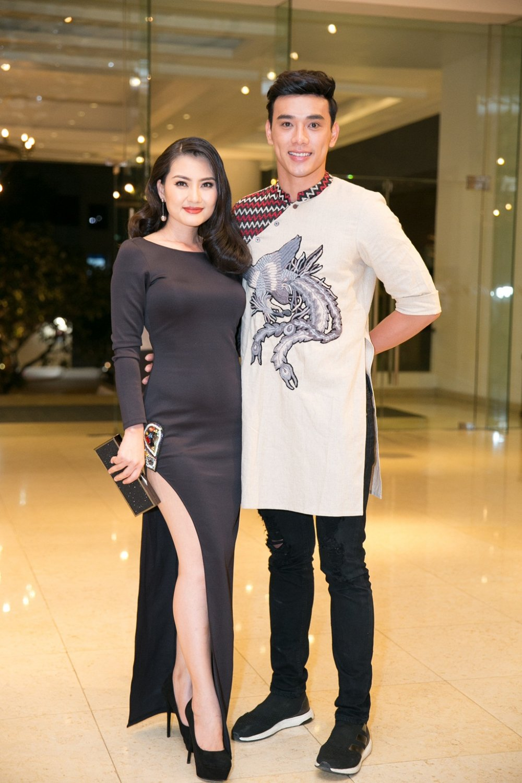 Hoa hau My Linh, A hau Thuy Dung do ve sexy ngay tai hop hinh anh 6