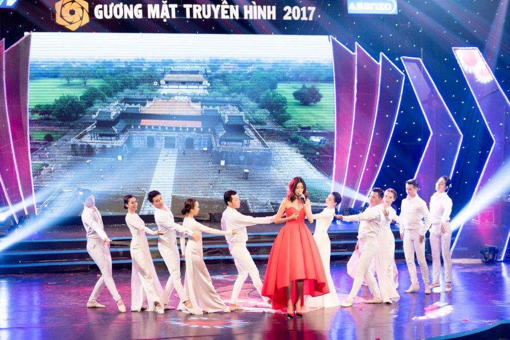 A hau Thuy Van khoe vai tran goi cam, lan dau hat 'My Vietnam' phien ban tieng Viet hinh anh 11