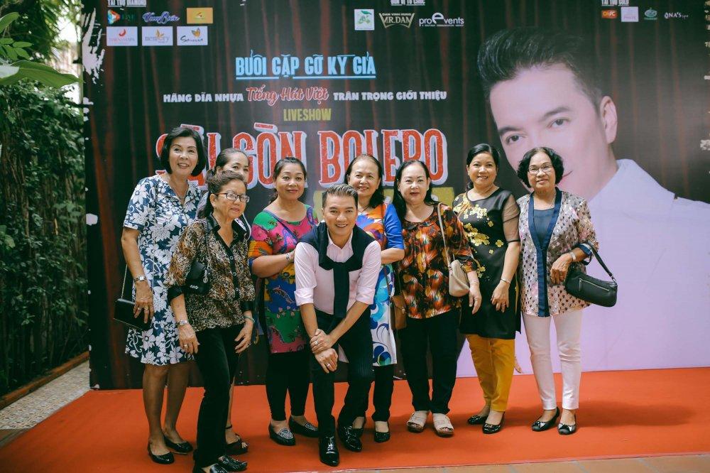 Hong Ngoc doi mua, dien ao dai xua den chuc mung Dam Vinh Hung hinh anh 12