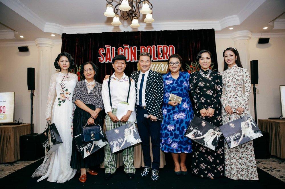 Hong Ngoc doi mua, dien ao dai xua den chuc mung Dam Vinh Hung hinh anh 1