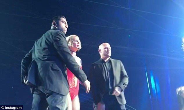 Britney Spears khiep so khi mot nguoi dan ong lao len san khau hinh anh 2