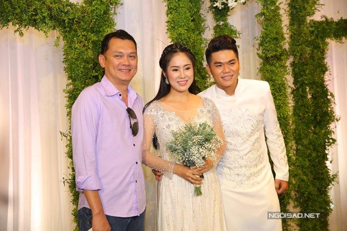 Ban trai cu Quy Binh vui ve du tiec cuoi cua Le Phuong voi chong tre hinh anh 4
