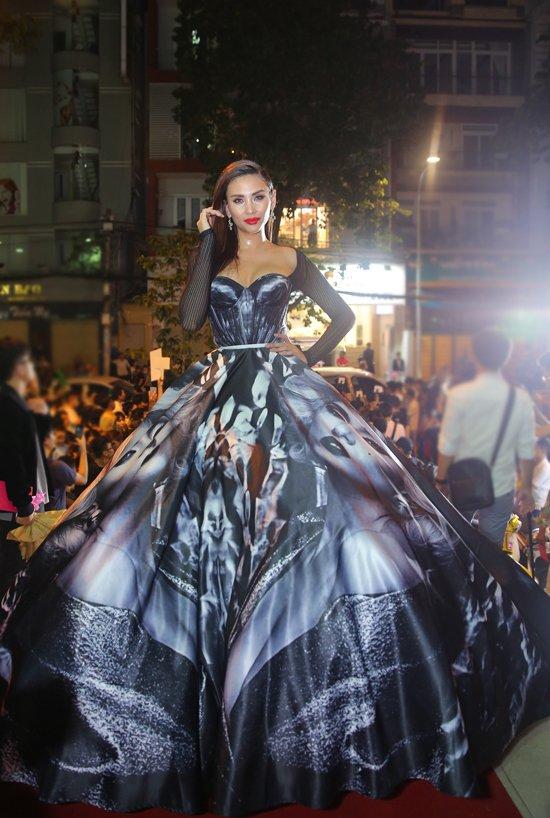 Hoang Yen lan at Pham Huong, Truong Ngoc Anh dem chung ket Next Top Model 2017 hinh anh 3