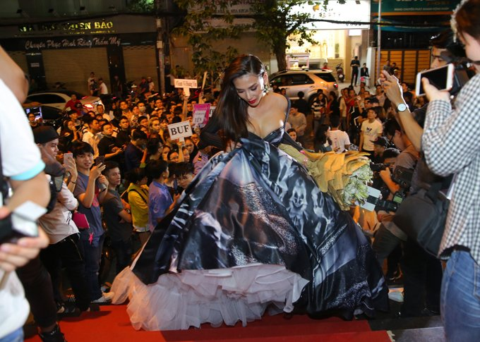 Hoang Yen lan at Pham Huong, Truong Ngoc Anh dem chung ket Next Top Model 2017 hinh anh 2