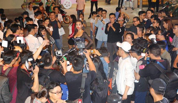 Hoang Yen lan at Pham Huong, Truong Ngoc Anh dem chung ket Next Top Model 2017 hinh anh 1