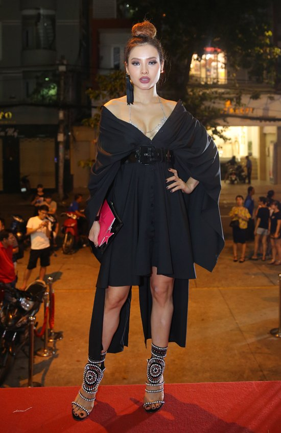 Hoang Yen lan at Pham Huong, Truong Ngoc Anh dem chung ket Next Top Model 2017 hinh anh 11
