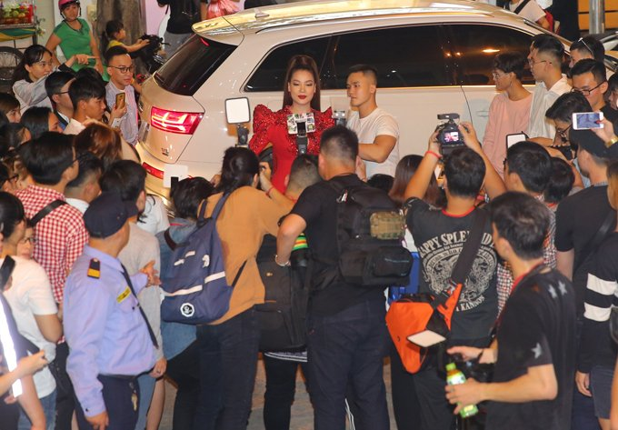 Hoang Yen lan at Pham Huong, Truong Ngoc Anh dem chung ket Next Top Model 2017 hinh anh 4