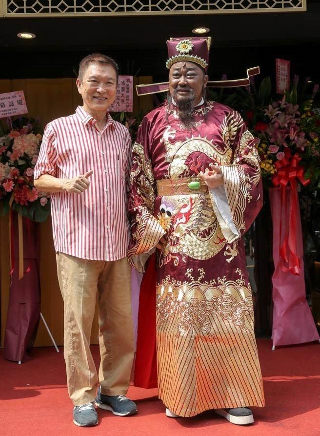 'Bao Cong' Kim Sieu Quan viet di chuc cam vo cuoi trai tre hinh anh 1