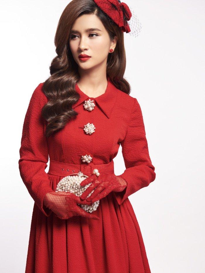 Kim Tuyen sexy nhung khong kem phan sang trong voi phong cach co dien hinh anh 8