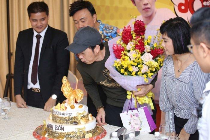 Nha Phuong rang ro den chuc mung Hoai Linh lam liveshow tai que nha hinh anh 12