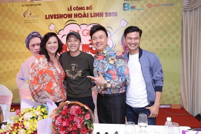 Nha Phuong rang ro den chuc mung Hoai Linh lam liveshow tai que nha hinh anh 8