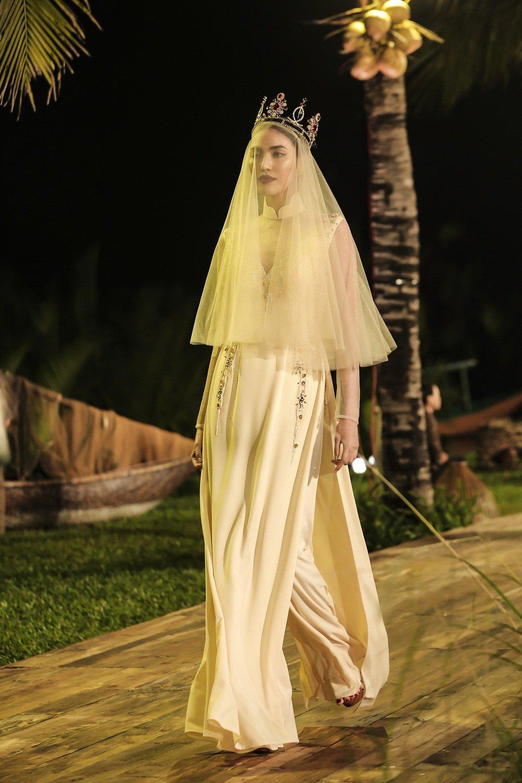 Nhan Phuc Vinh lam le an hoi voi Top 8 Hoa hau Trai dat Nam Em? hinh anh 4