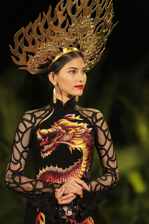 Nhan Phuc Vinh lam le an hoi voi Top 8 Hoa hau Trai dat Nam Em? hinh anh 1