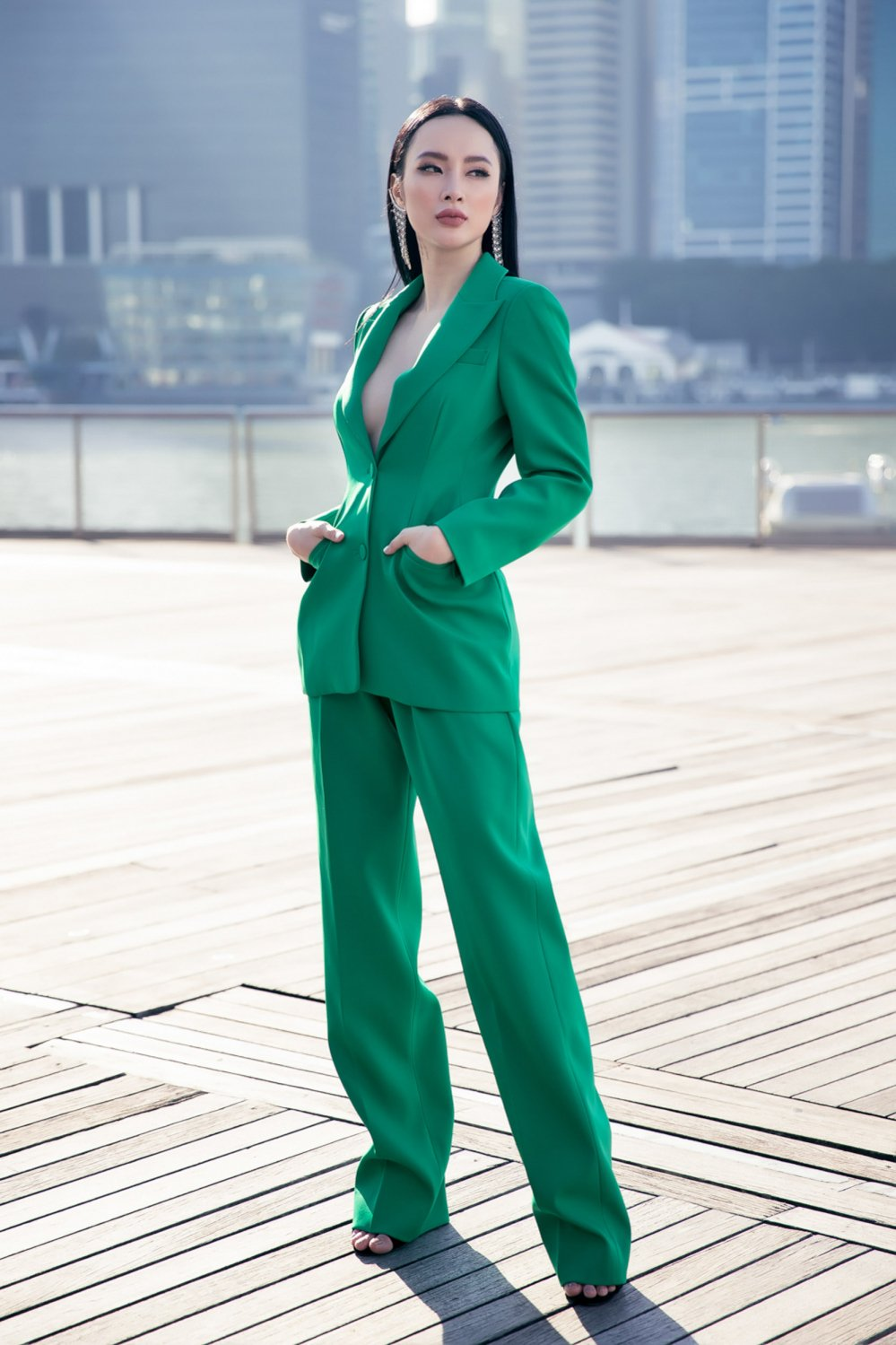 Angela Phuong Trinh khoe duong cong sexy tao bao tai Singapore hinh anh 5