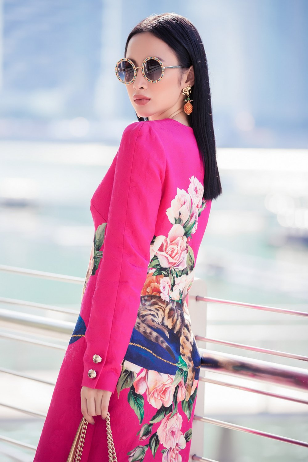 Angela Phuong Trinh khoe duong cong sexy tao bao tai Singapore hinh anh 2
