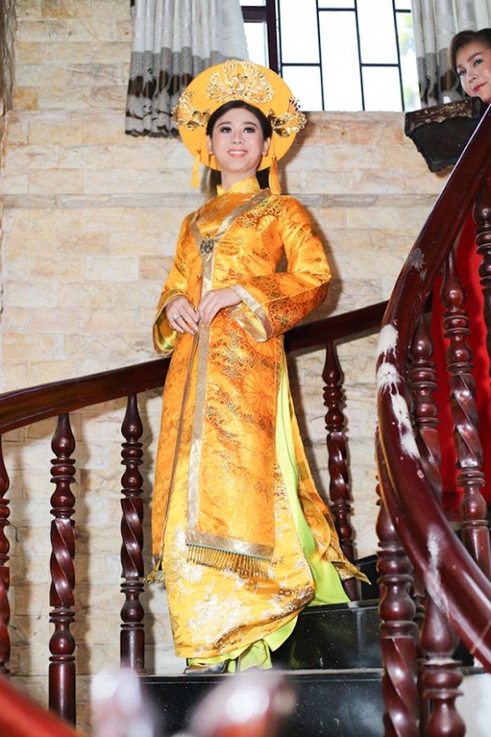Truc tiep dam cuoi Lam Khanh Chi: Co dau deo vang day nguoi, lien tuc cham chut chu re hinh anh 5