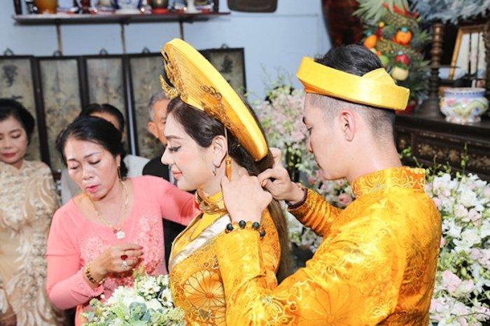 Truc tiep dam cuoi Lam Khanh Chi: Co dau deo vang day nguoi, lien tuc cham chut chu re hinh anh 11