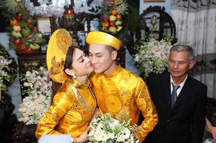 Truc tiep dam cuoi Lam Khanh Chi: Co dau deo vang day nguoi, lien tuc cham chut chu re hinh anh 15