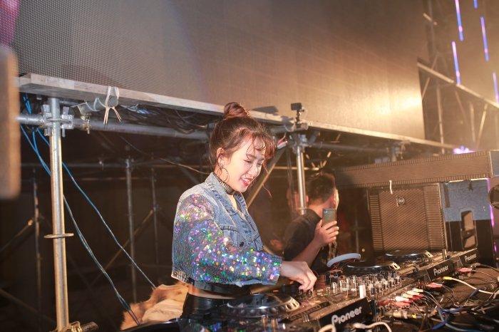 DJ Trang Moon kin dao van khoe eo thon goi cam giua troi gia ret hinh anh 3