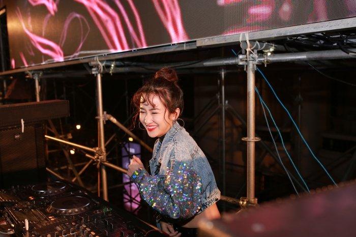 DJ Trang Moon kin dao van khoe eo thon goi cam giua troi gia ret hinh anh 2