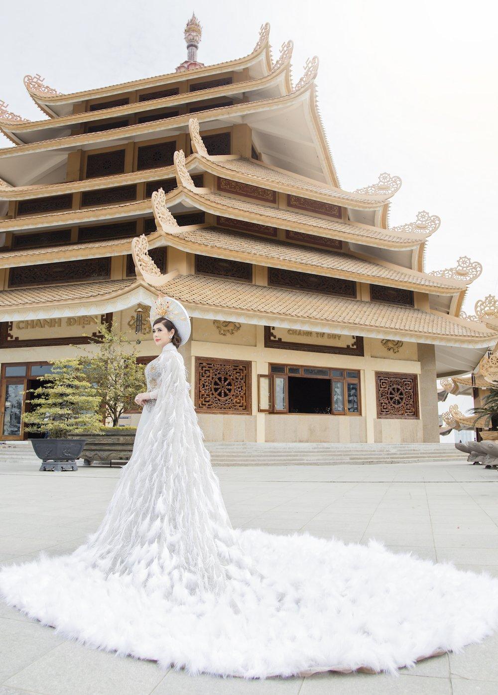 Lam Khanh Chi dien ao long trang muot, tinh tu ben chong tre hinh anh 3