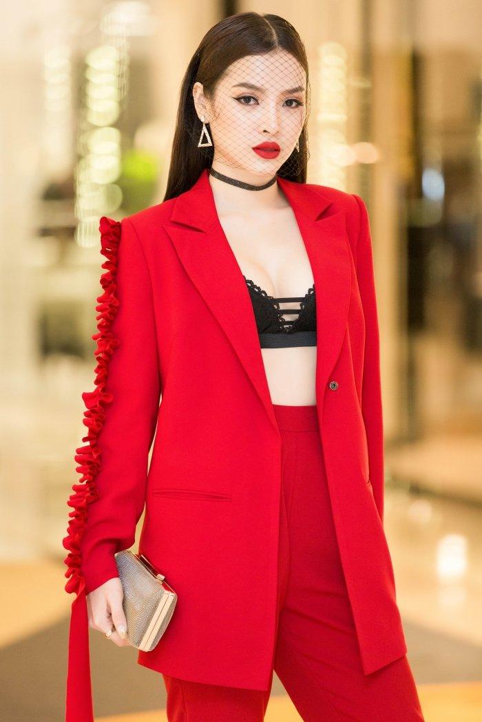 Dien trang phuc ca tinh, Phuong Trinh Jolie van khoe noi y sexy boc lua hinh anh 1