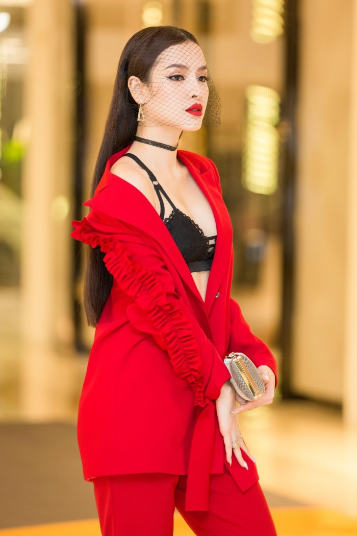 Dien trang phuc ca tinh, Phuong Trinh Jolie van khoe noi y sexy boc lua hinh anh 4