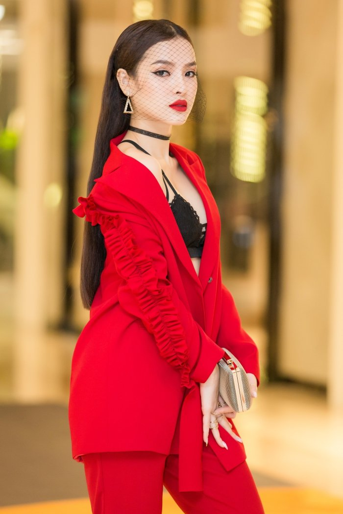 Dien trang phuc ca tinh, Phuong Trinh Jolie van khoe noi y sexy boc lua hinh anh 5