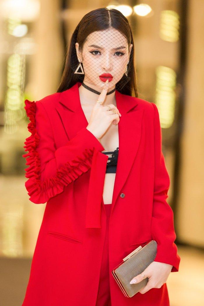Dien trang phuc ca tinh, Phuong Trinh Jolie van khoe noi y sexy boc lua hinh anh 7