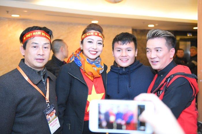 Jennifer Pham duoc chong thap tung bang sieu xe di gap 'trai dep' U23 Viet Nam hinh anh 4