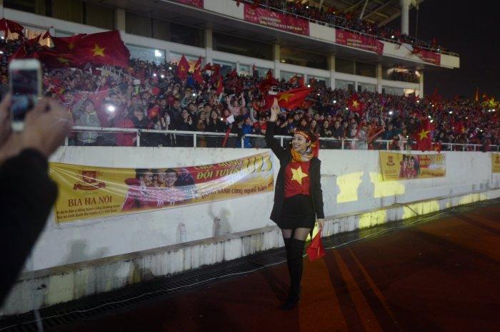 Jennifer Pham duoc chong thap tung bang sieu xe di gap 'trai dep' U23 Viet Nam hinh anh 6