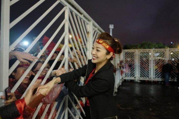 Jennifer Pham duoc chong thap tung bang sieu xe di gap 'trai dep' U23 Viet Nam hinh anh 9