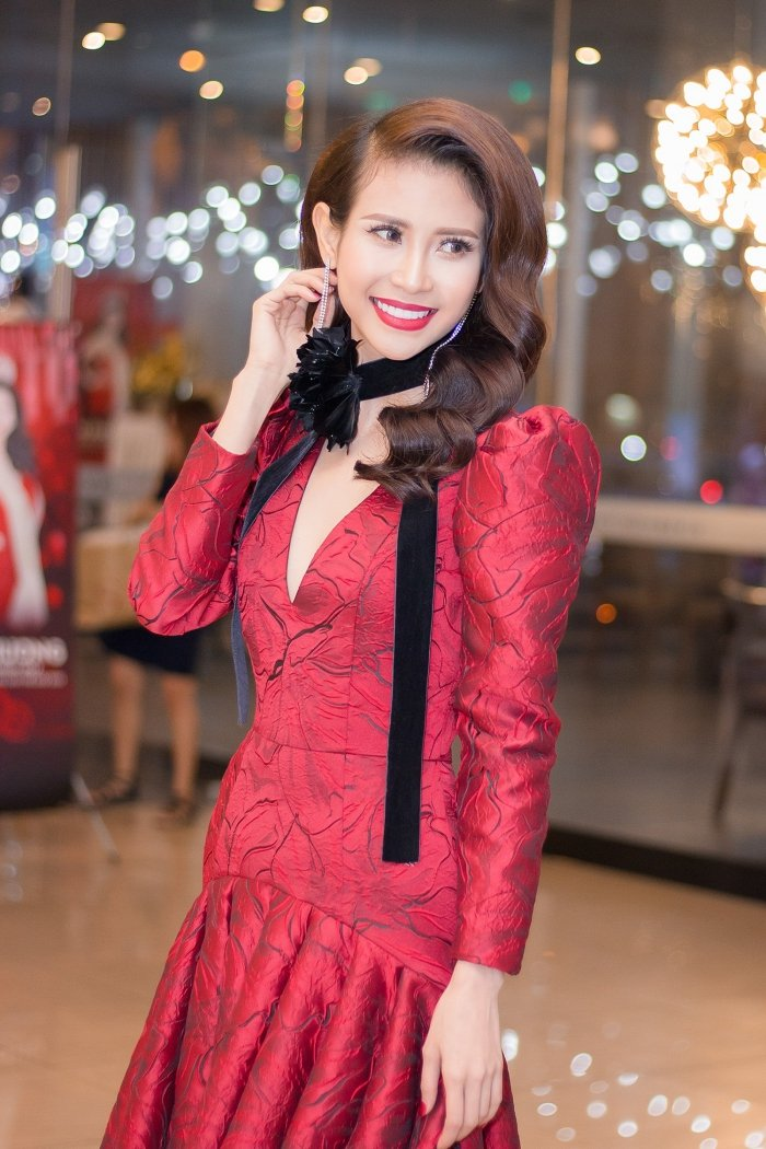 A hau Lien Phuong rang ro, dien vay khoet nguc do dang ben Nguyen Thi Thanh hinh anh 9